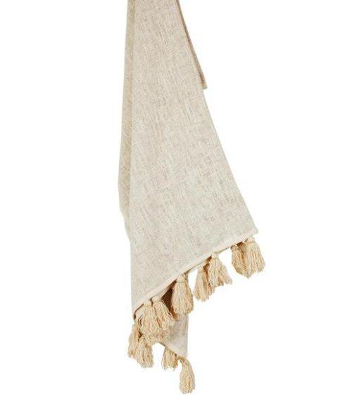 Plaid in cotone grezzo lavorato a mano con nappine naturali con piccole perline di legno.
